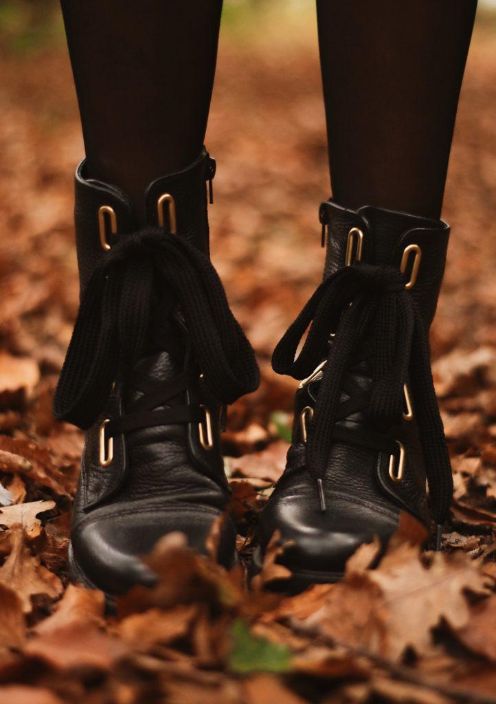 Schoenen tussen de bladeren