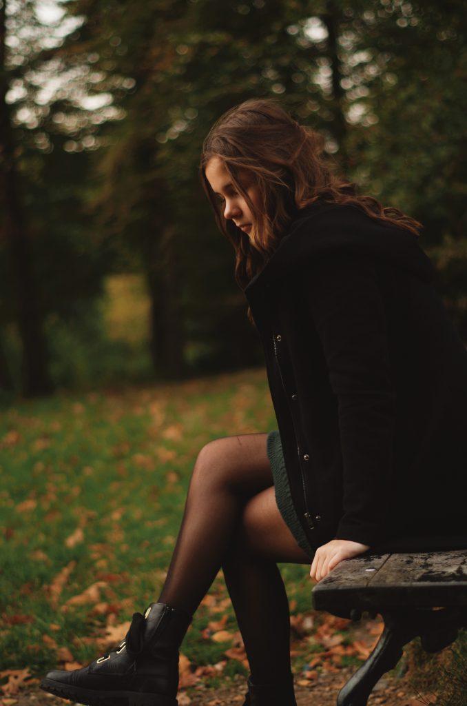 Vera op een bankje in de herfst