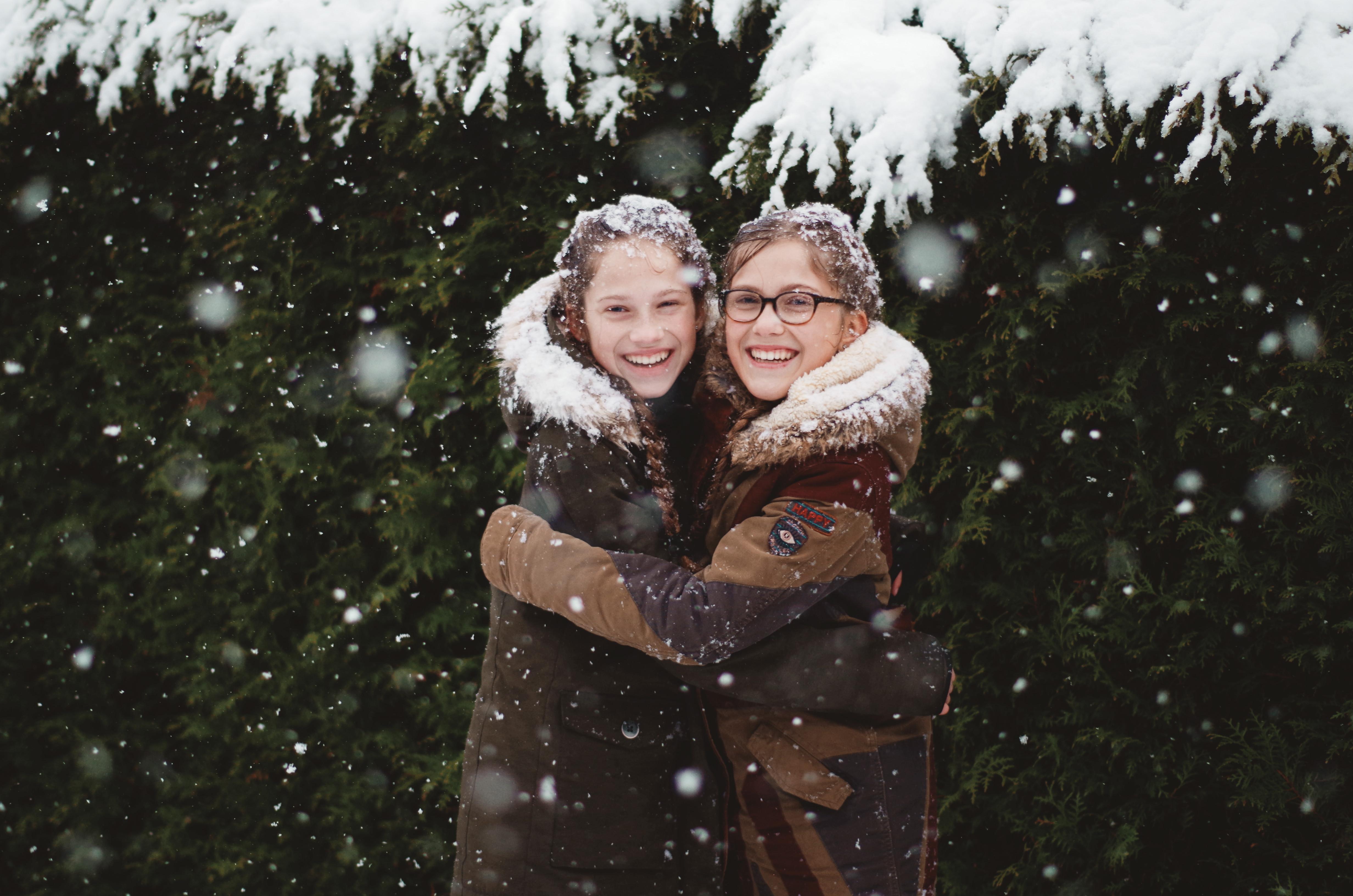 lachen in de sneeuw
